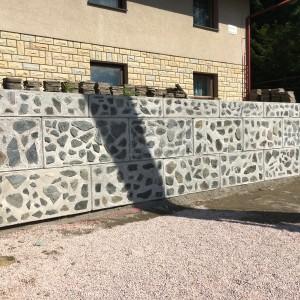 Opěrná stěna s kameny – Benecko