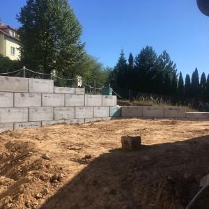 Opěrná stěna u RD – Unětice