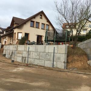Opěrné stěny u RD – Únětice