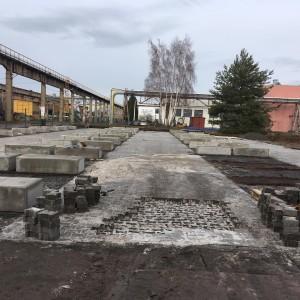 Podstavce z bloků sloužící pro uskladnění hutního materiálu