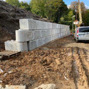 Jílové u Prahy – opěrná stěna – betonový bloky